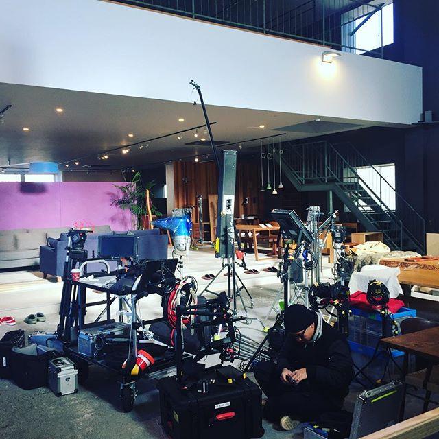 ラグデザインのアンテナショップorioriは撮影にも使われてています。某一流メーカー様の動画撮影。空間を気に入って下さいました。今日から3日間は撮影のため、ショップはお休みさせています。#撮影 #スタジオ #休日出勤 #レンタルスペース #浜松市