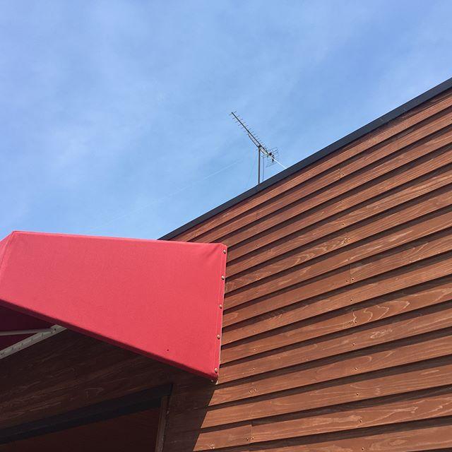 外壁材。通常住宅を建てる時にはメンテナンスとコストを考え。サイディングやガルバニュウム鋼板が多いと思います。しかし、愛着のある建物にする場合は「木」という選択もありです。素材の特徴を知り、定期的にメンテナンスすれば永く付き合っていけます。写真はラグデザインオフィス。素材は杉。鎧張という貼り方で、3年目になり、そろそろ塗装の時期になります。脚立で届く範囲なら自分でも塗装できます。材をレッドシダーなどにすれば耐久性もアップします。なんといっても見た目がいいですね!部分的に使用してはいかがでしょうか。気になる方は是非来てみてください。#外壁 #杉 #鎧張り