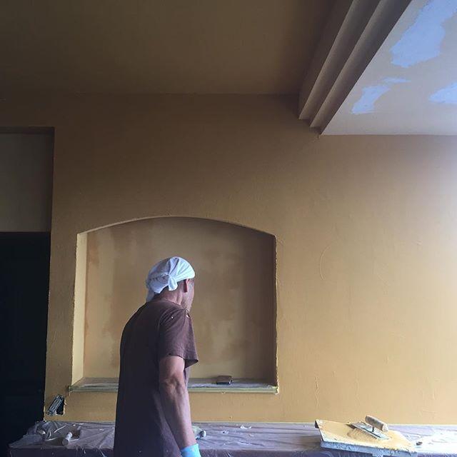 M邸リノベーション工事。LDKを黄色系珪藻土で仕上げ異国の雰囲気を醸し出しています。キッチン周りはイタリア製タイル、ダイニングペンダントライトはムラーノグラスを使用したルイスポールセンの限定品が更に空間を演出してくれます。#珪藻土 #ルイスポールセン #ムラーノグラス #リノベーション #磐田市 #RC造#ラグデザイン
