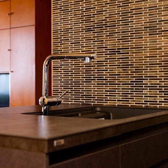 セラミック、セラミック!セラミックのキッチン天板とタイル(セラミック)の組み合わせ。シックモダンな雰囲気になりました。磐田市住宅改装工事#セラミック #セラミックトップ #セラミックキッチン #タイル #リフォーム #磐田市 #ラグデザイン