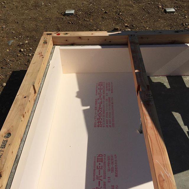 たまには建築現場の様子をお届け。写真の現場はパッシブエアコン(全館空調)を採用した家の基礎断熱になります。基礎内部をすっぽり断熱材で覆い、基礎内部に行く温風が冷めない様にし、床下の暖房効果を高めます。基礎内部に温風が行くので、土台や、大引に散布する防蟻剤は身体に無害のホウ酸を使用しています!磐田市「S.F houses」#パッシブエアコン #ラグデザイン #ホウ酸防蟻処理 #全館空調 #パッシブデザイン #注文住宅 #磐田市 #住宅設計 #新築 #基礎断熱