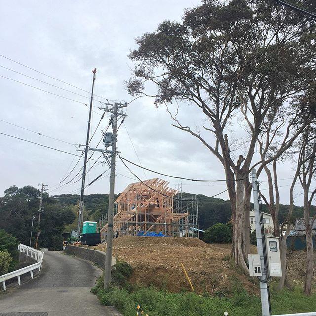 待ちに待った上棟式。本日無事に終わり、ホットしています。数日前から天候が気になりましたが、風も無く、暑くもなく、作業するには最高の日でした。夕方、オーナー様と一緒に見た夜景は格別。完成が楽しみです。オーナー様、1日ありがとうございました。磐田市「S.F houses」#上棟 #注文住宅 #木造住宅 #眺望の良い家 #磐田市 #ラグデザイン #モダン和風 #造作家具