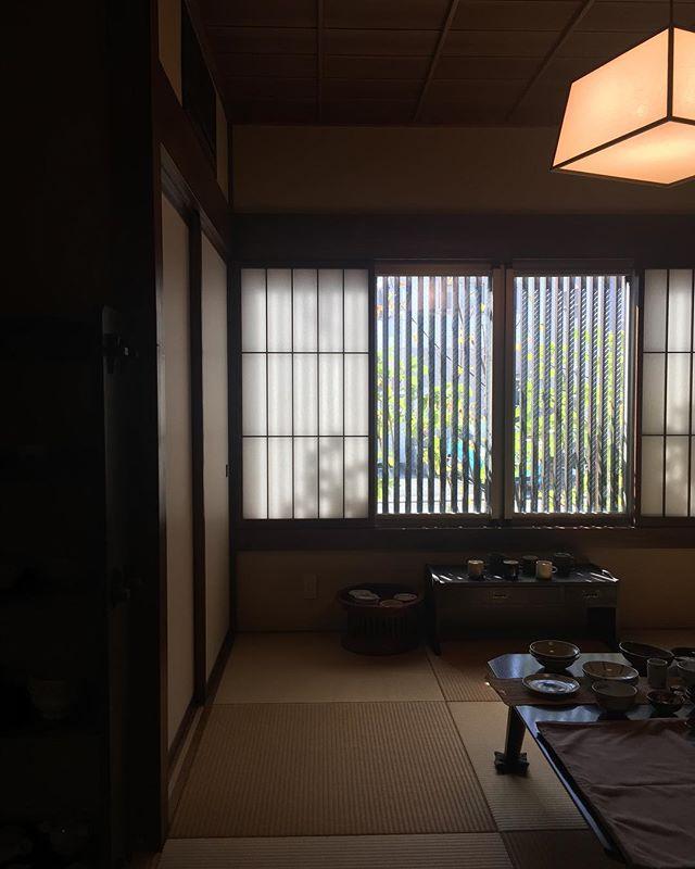 浜松市中区にある、うつわ食卓道具「日、月」さんへお邪魔してきました。落ち着きのある邸宅の一部がお店になっていました。にじり口のある和室に亭主の目利きに叶ったうつわが並びます!瑠璃色のうつわ、1つ頂戴いたしました。「日、月」さんは折々市にも参加されています。折々にそっと飾ってありますよ。#日、月#うつわ #陶器 #瑠璃色 #にじり口 #和室 #折々 #折々市 #折々二市 #折々三市