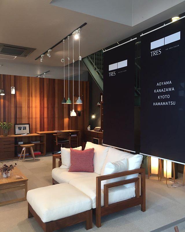 oriori店内をブラックタペストリーで模様替え。ori oriには座り心地の良いソファありますよ。#ソファ #模様替え #浜松市 #家具 #TRES #sofa #interiordesign #イタリアンファブリック #italy