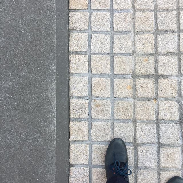 外構工事も進んでます。アプローチに御影石ピンコロで駐車場スペースを区切りながら玄関へと誘うデザイン。これからウッドフェンス、ポスト周りはポーターペイントの塗装、表札を付けて完成になります。磐田市にて#外構工事 #外構デザイン #御影石 #アプローチ #ポーターズペイント #ピンコロ #ラグデザイン #磐田市 #住宅設計