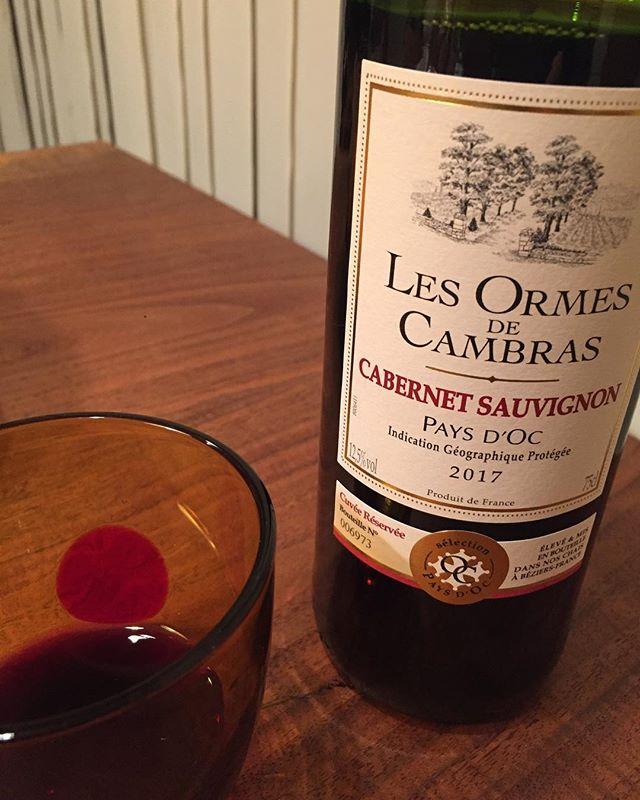 今日の晩酌ミディアムボディのフランス産ワインをワイングラスでなく、赤玉のムラーノグラスで。そして、二杯目は知多のハイボール。ツマミは雪印のさけるチーズ、スモーク味。好きな空間で気軽に一杯。音楽はクラプトンのレイラを聴きながら武道館ライブに向けて気分上々♫贅沢な時間。#ワイン #知多 #ハイボール #至福の時間 #ムラーノグラス