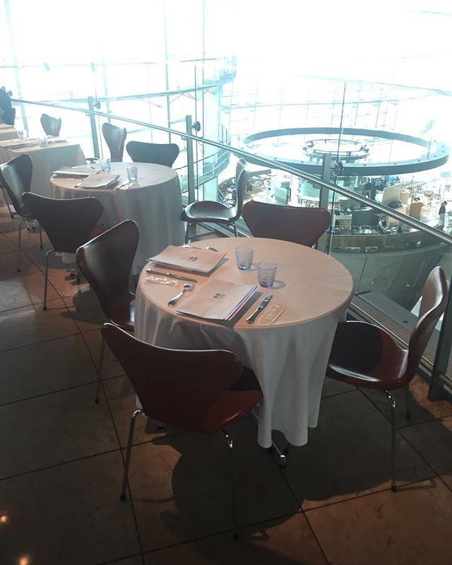お気に入りの椅子に座っての食事は格別です!#新国立美術館 #黒川記章 #フリッツハンセン
