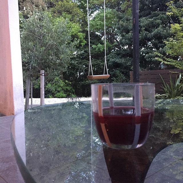今日は午後から休日。チリ産赤ワインをベースにスティックシナモン、マンゴージュースを加えオリジナルホットワインを作ってみました。グレーのイタリアンタイルデッキと周りの自然とガラス天板のテーブルさらにムラーノグラス。気分は既にイタリアン!#イタリアン #ホットワイン #休日の過ごし方