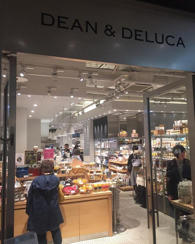 名古屋出張ついでにDEAN & DELUCAへ。店内にあるペンダントライトはoriori galleryちあるFRITZ HANSENのカラヴァッジオ!さわやかな店に綺麗に溶け込んでいました。美しい〜〜! #カラヴァッジオ #fritzhansen #deananddeluca #名古屋出張 #oriori
