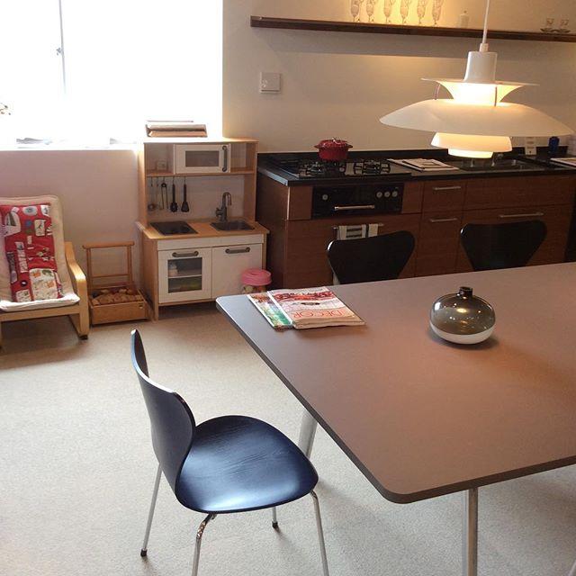 お待たせしました。打ち合わせスペース横にキッズ用の遊び場ご用意しました。小さなお子様もご一緒にお越しください。キッチンセット好評です!#キッズスペース #ラグデザイン