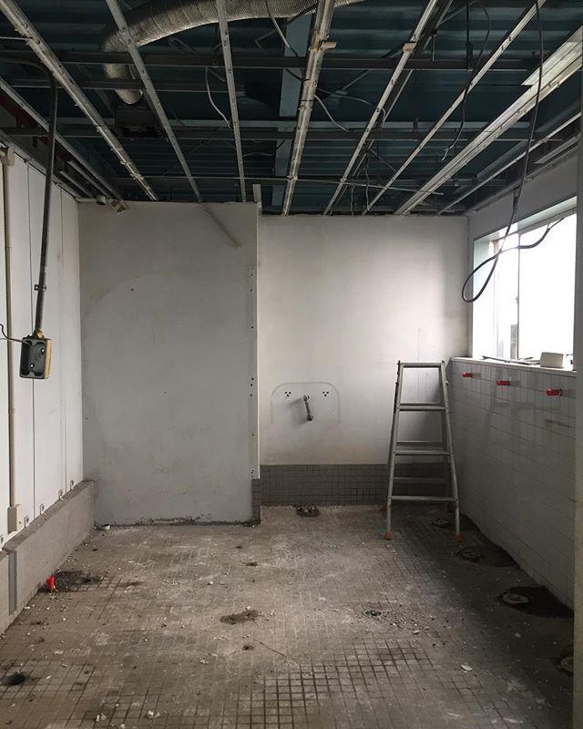 工場内のトイレ改修工事。解体からスタート古い便器や間仕切り壁は全て撤去。最新の器具が設置され、機能、デザイン的にもかなり良くなります!