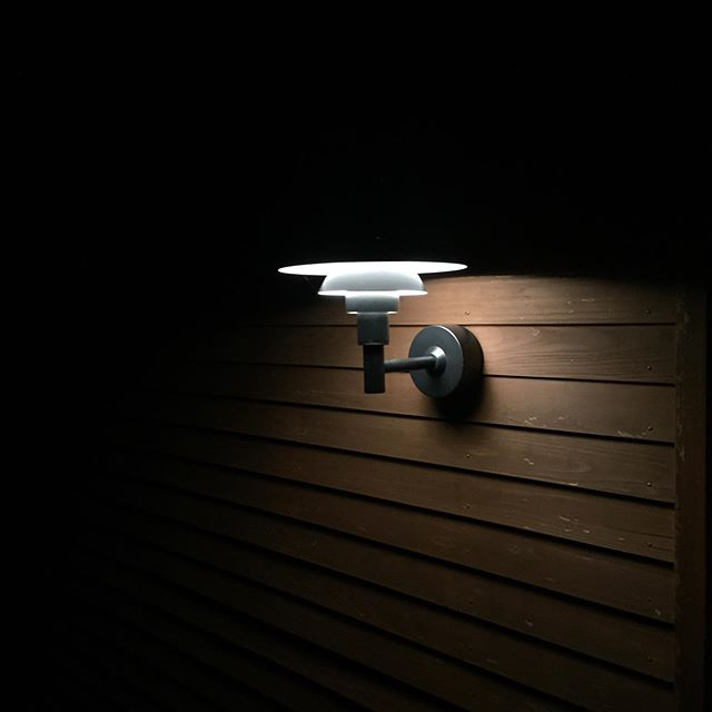 ラグデザインのエントランスルイス・ポールセンのPH3-2 1/2ウォールが壁面を柔らかい反射光をたっぷりと降り注ぎ、エントランスを美しい光で照らしてくれます。#louispoulsen #ポールヘニングセン #ルイスポールセン #ラグデザイン
