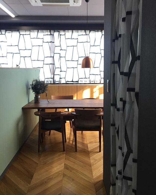 オフィス・リノベーション3Fの15mの腰窓にkvadrat社のoff Beatをチョイス!イタリアの優れた職人たちにらよって編まれた高度なフィルクーペテキスタイルです。バラエティに富んだグリッドと透明感のあるスペースとの相互作用を創り出しています。空間が上質に仕上がりました。触り心地も柔らかく素晴らしいです。 これでオフィスリノベーション第1.2期工事が終了しました!#kvadrat #カーテン #denmark🇩🇰 #oriorigallery#ラグデザイン