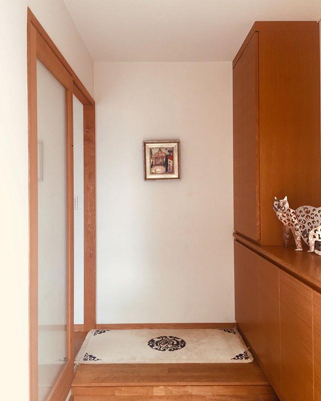 エントランスラグのススメ。我が家のエントランスには草龍文のmunicarpetsが客人や家族を迎えてくれています。自邸を新築して10年、このmunicarpetsも共に時を過ごしています。このmunicarpetsは子供に継承されて行きます。良いものを末永く2020.2月にoriori galleryにてmunicarpets展を開催予定です!お楽しみに!ラグデザインの想いです#municarpets #エントランス #エントランスラグ #草木染め #ウール #上質 #良いもの #ラグデザイン